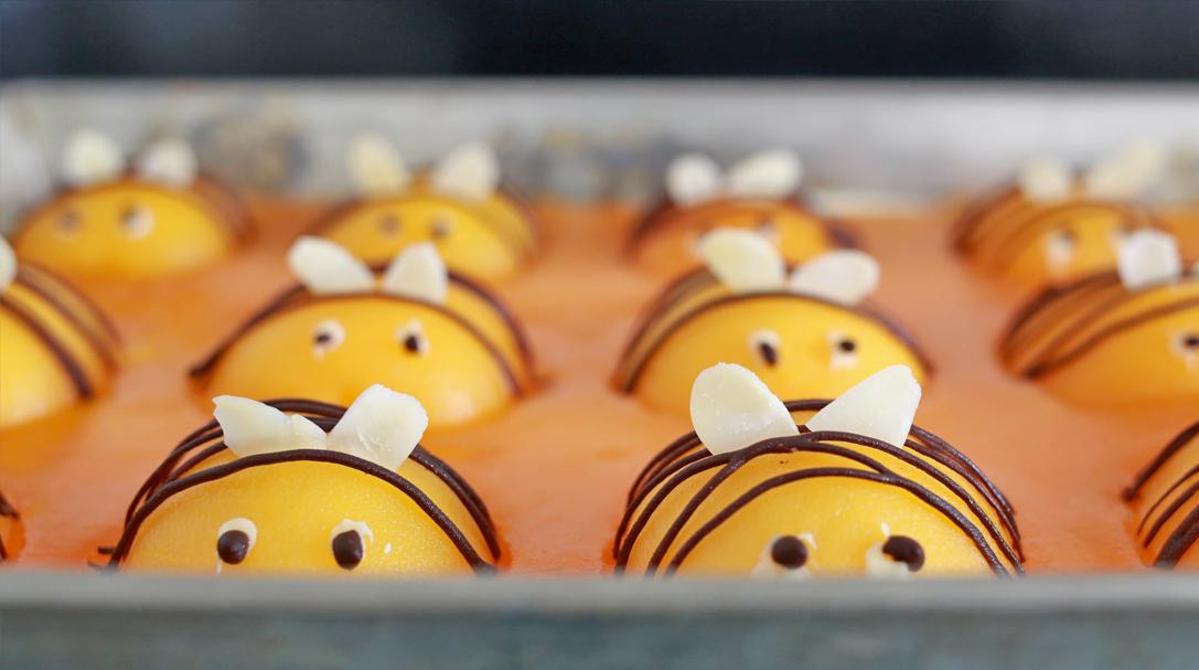 orchideli, ciasto pszczółka, proste ciasto z brzoskwiniami, prezpis na ciasto dla dzieci, tort urodzinowy dla dziecka