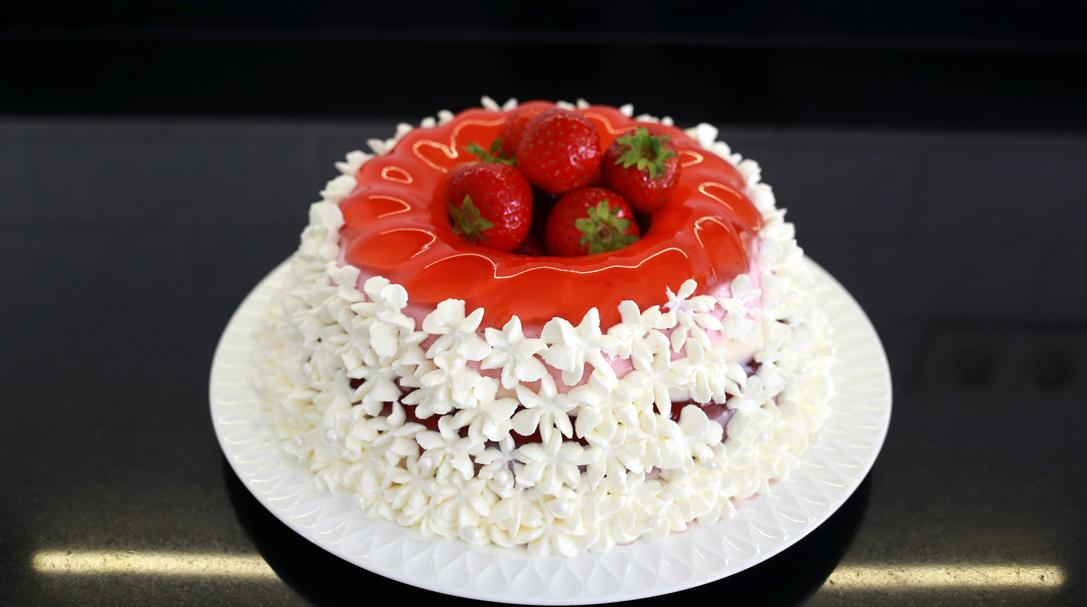 orchideli, przepis na truskawkowe ptasie mleczko, przepis na prosty tort urodzinowy dla dziecka, cprzepis na ciasto z truskawkami bez pieczenia, przepis na szybkie ciasto z truskawkami