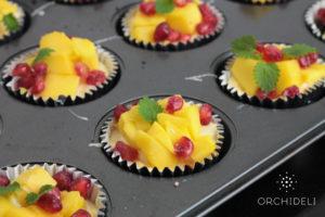 serniczki z oreo, mango i granatem dekorowane melisą