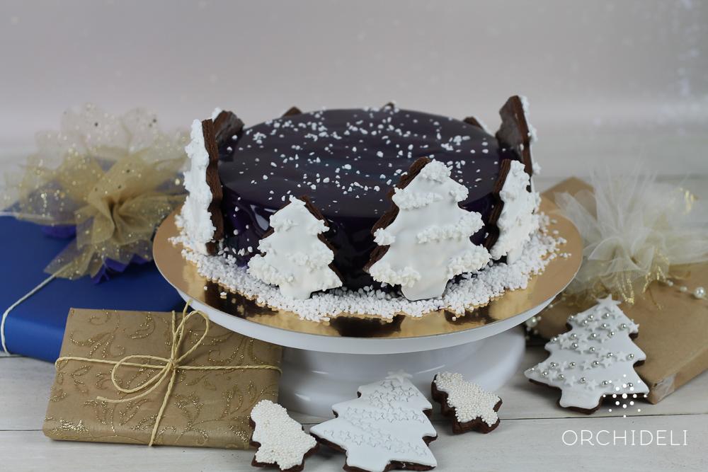 Świąteczne ciasto z piernikowymi choinkami świąteczny torcik jagodowy ozdobiony choinkami z piernika