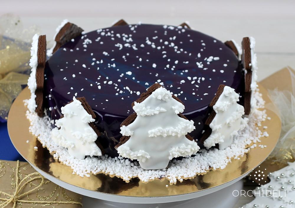 Świąteczne ciasto z piernikowymi choinkami