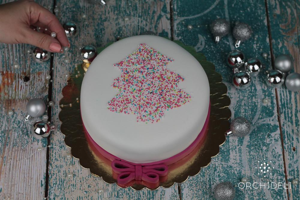 Tort waniliowy z kolorową choinką, tort świąteczny z choinką