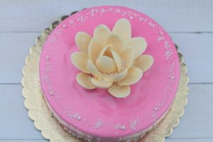 Tort malinowy z prostą dekoracją z białej czekolady