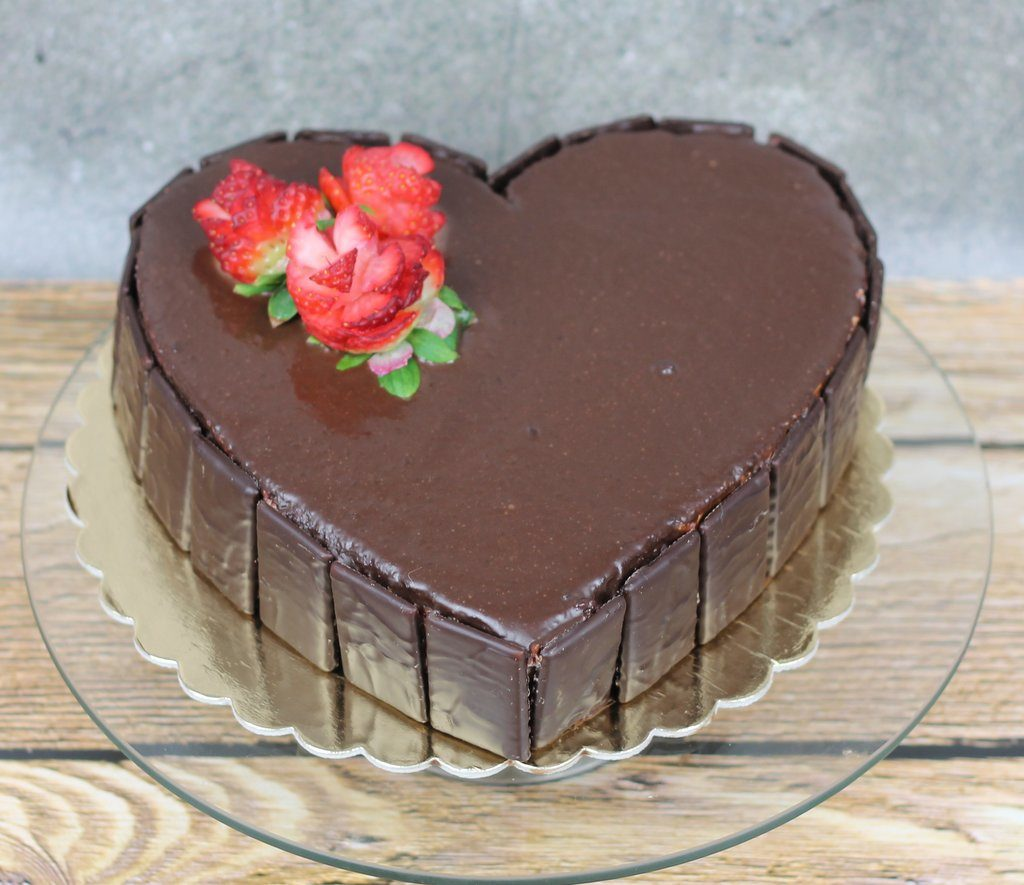 Tort red velevet w kształcie serca, polany czekoladą orchideli