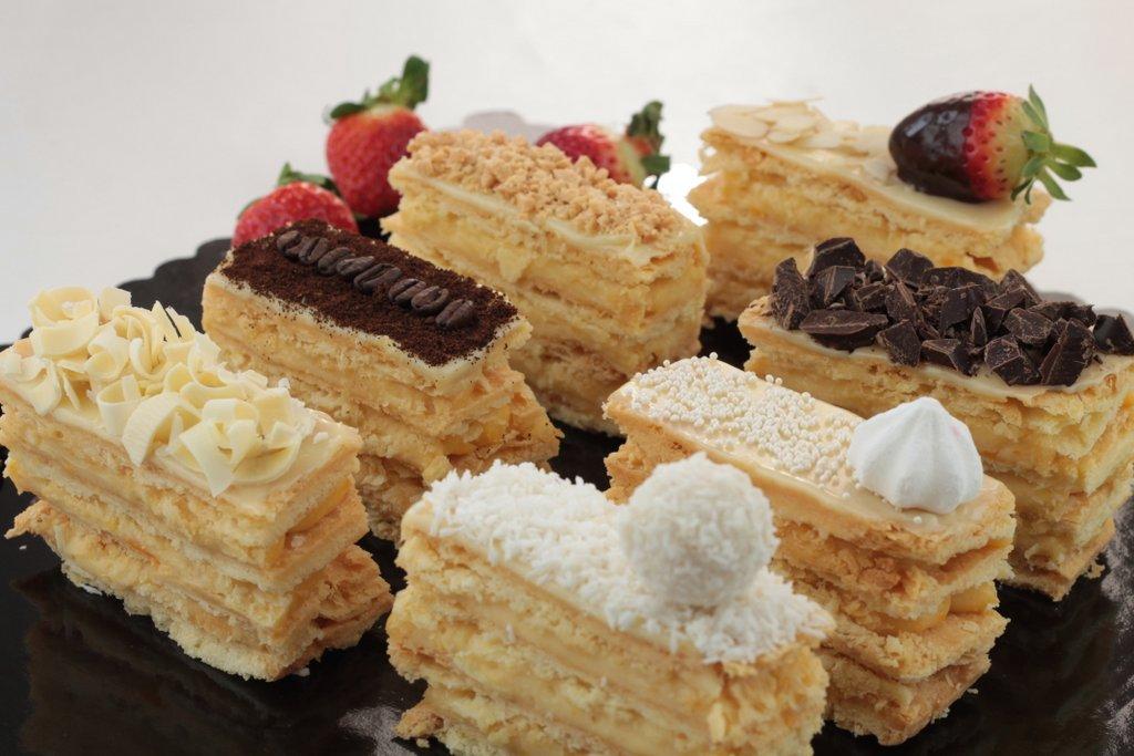 Jak udekorować ciasto lub tort bez lukru, na wiele różnych sposobów, orchideli - różne sposoby dekorowania tortów i ciast bez wykorzystania lukru, czekoladą, kawą, truskawkami, płatkami migdałów, wiórkami kokosowymi