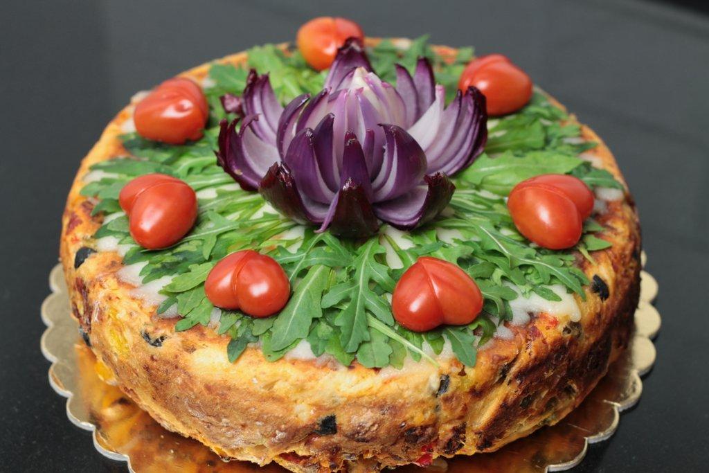 Tort o smaku pizzy, pizza cake, orchideli tort o smaku pizzy, pizzacake, dekorowany rukolą, pomidorkami koktajlowymi