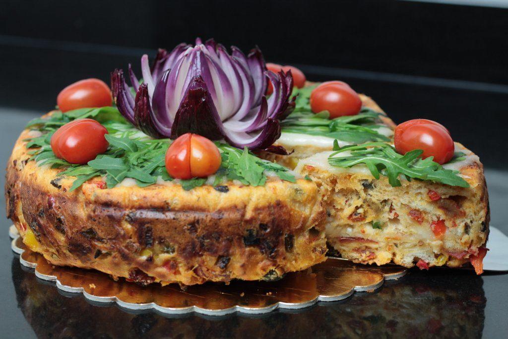 Tort o smaku pizzy, pizza cake, orchideli tort o smaku pizzy, pizzacake, z rukolą, pomidorkami koktajlowymi