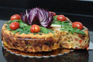 Cebulowy kwiat - prosta dekoracja z cebuli, Tort o smaku pizzy, pizza cake, orchideli tort o smaku pizzy, pizzacake, z rukolÄ…, pomidorkami koktajlowymi