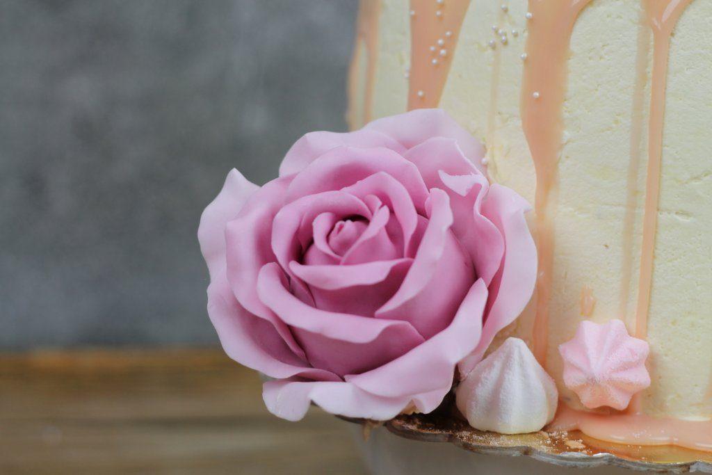 Jagodowy tort urodzinowy z piwonią i różą, orchideli, jak zrobić cieniowaną, realistyczną różę z lukru, fondant rose