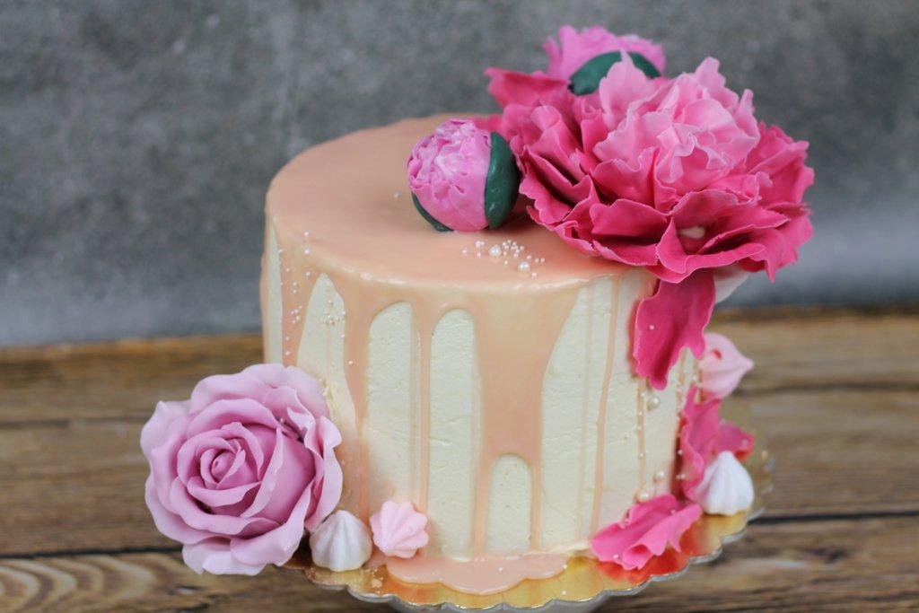 orchideli, urodzinowy tort jagodowy polany białą czekoladą, z piwonią i różą z lukru, Jagodowy tort urodzinowy z piwonią i różą