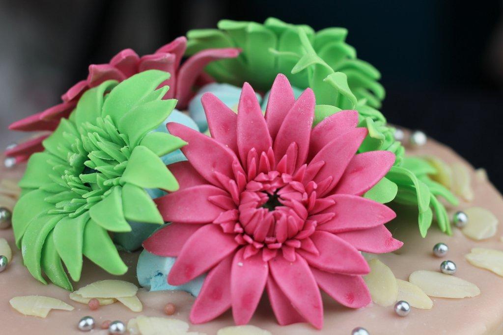 Brzoskwiniowy tort, gerbery z lukru, orchideli, rożowe i zielone gerbery z lukru na tort urodzinowy, fondant gerbera, fondant flowers for birthday cake
