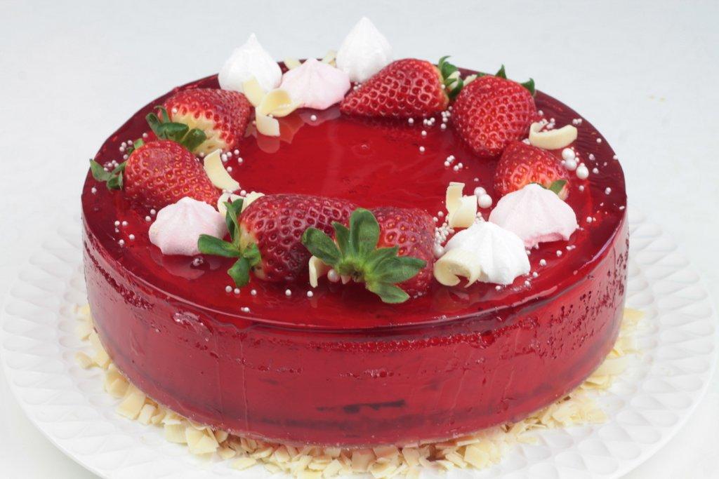 Tort urodzinowy z wiśniową galaretką i truskawkami, Orchideli - tort urodzinowy oblany czerwoną galaretką wiśniową i udekorowany świezymi truskawkami i bezikami, tort urodzinowy z wiśniową galaretką i truskawkami