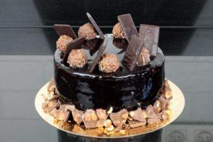 Tort czekoladowy z polewą lustrzaną mirror glaze, orchideli , tort czekoladowy z nutellą polany błyszczącą polewą czekoladową