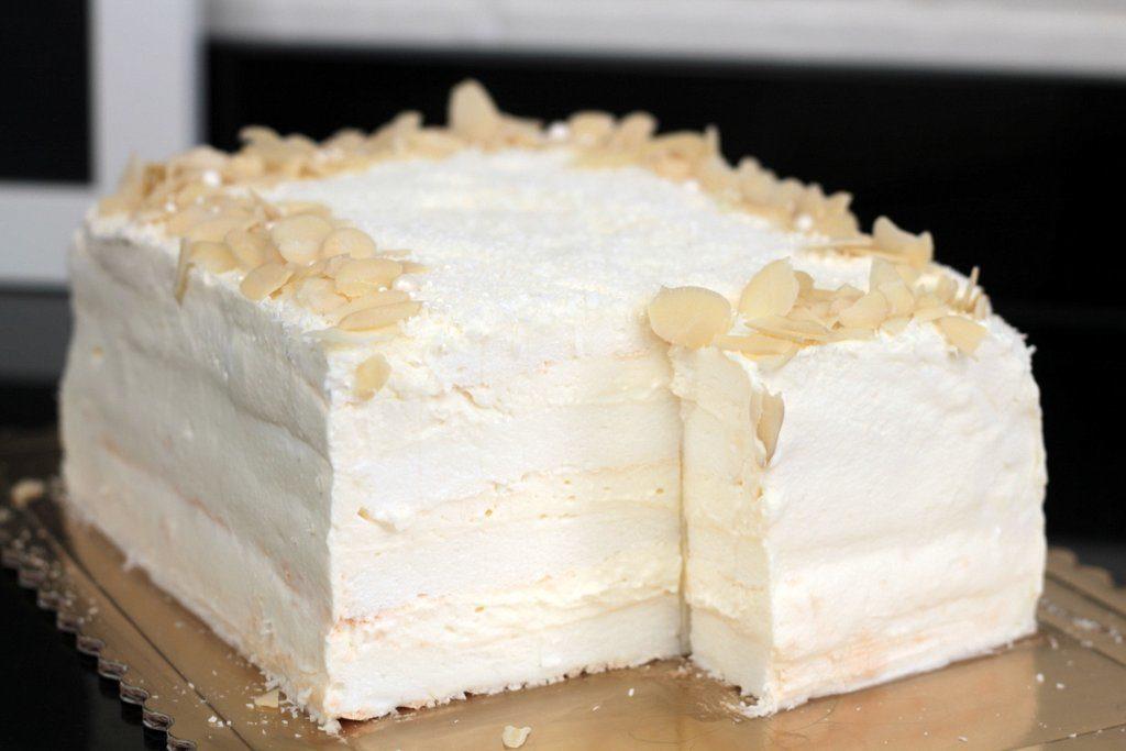 orchideli tort bezowy biały tort z bitą śmietaną na chrzciny, tort na chrzest dla chłopca tort na komunię