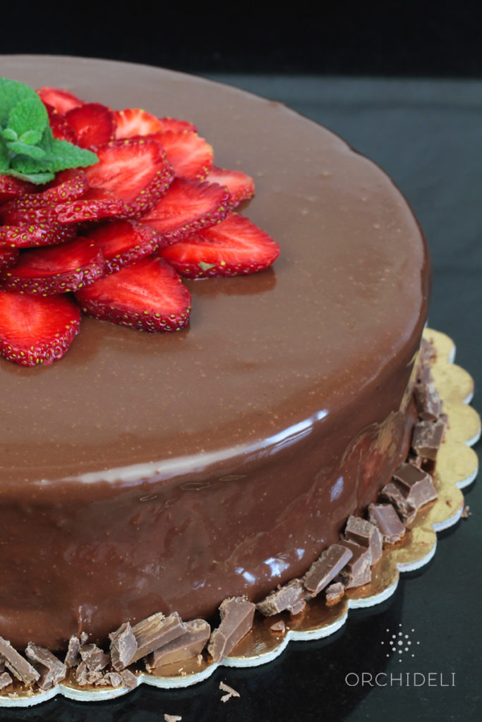 orchideli, przepis na tort czekoladowo-truskawkowy, tort urodzinowy