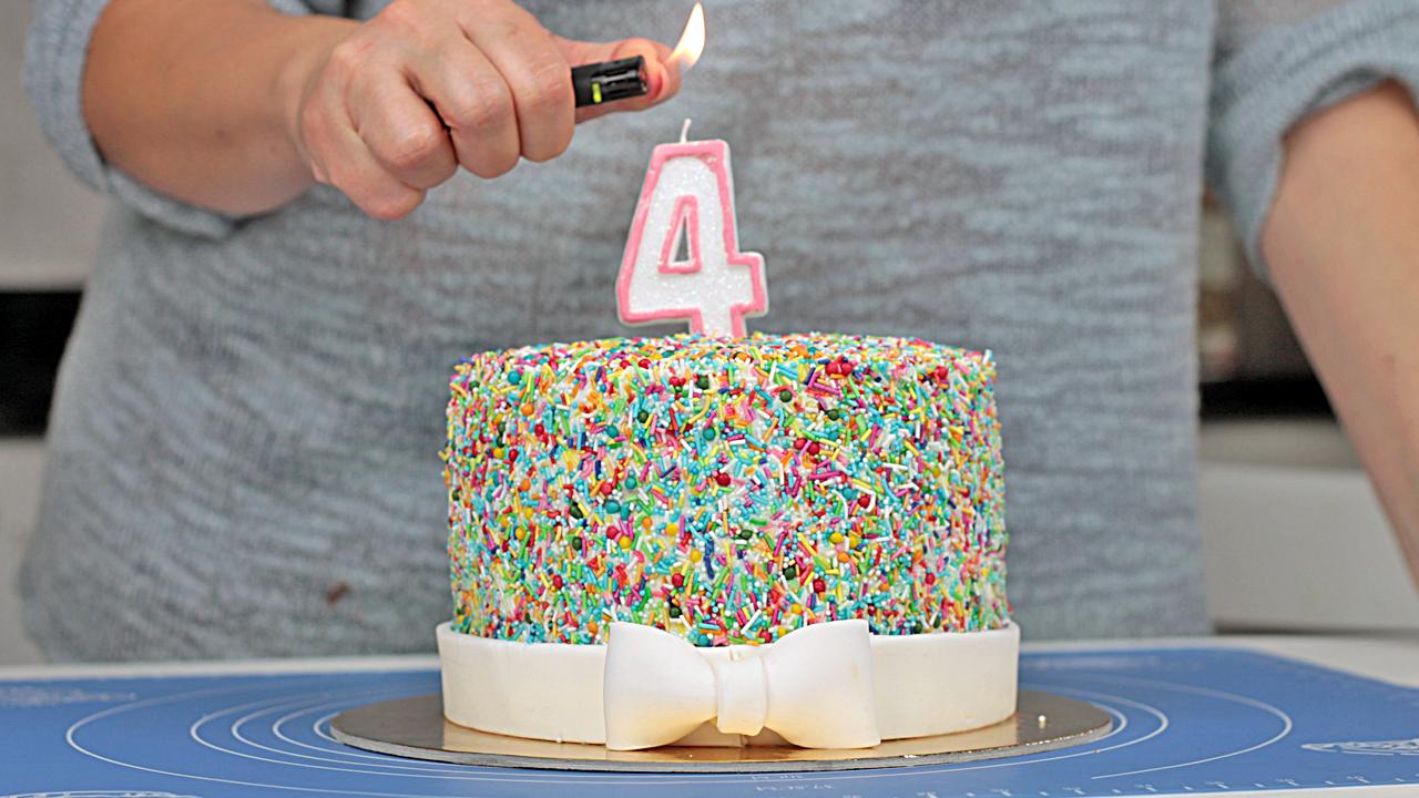 Tort urodzinowy pokryty cukrowym konfetti orchideli