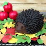 orchideli tort urodzinowy jeż, tort czekoladowy w kształcie jeża, tort jeż 3d