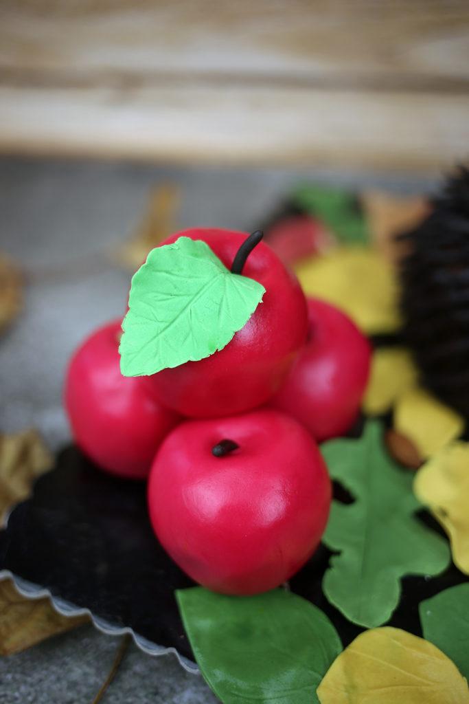 orchideli tort urodzinowy jeż, tort czekoladowy w kształcie jeża, tort jeż 3d, jabłka z lukru