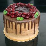 orchideli_ tort czekoladowy z wiśniami dekorowany listkami mięty