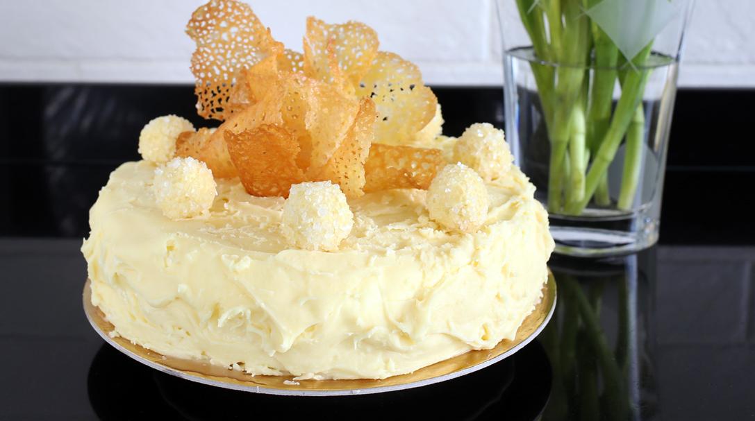 orchideli Tort makowo-pomarańczowy z pomarańczowymi truflami i ciasteczkami koronkowymi, prosta dekoracja tortu