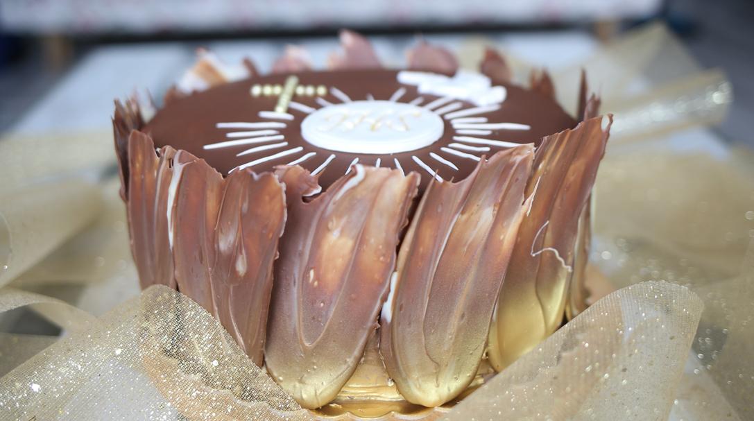 orchideli tort komunijny z dekoracją z czekolady, przepis na tort komunijny, tort na chrzciny