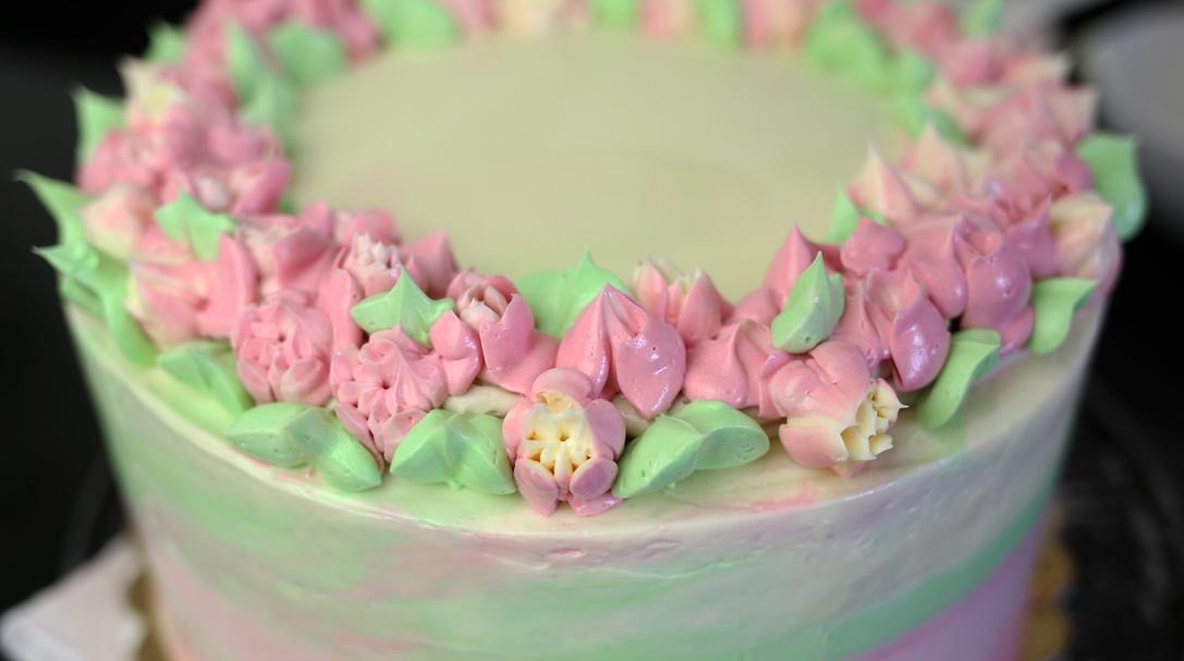 orchideli, jak udekorować tort urodzinowy kremem i tylkami rosyjskimi, tylki rosyjskie