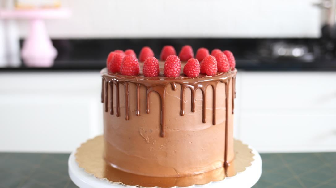 orchideli, tort czekoladowy z malinami, prosty przepis na tort z owocami, tort urodzinowy