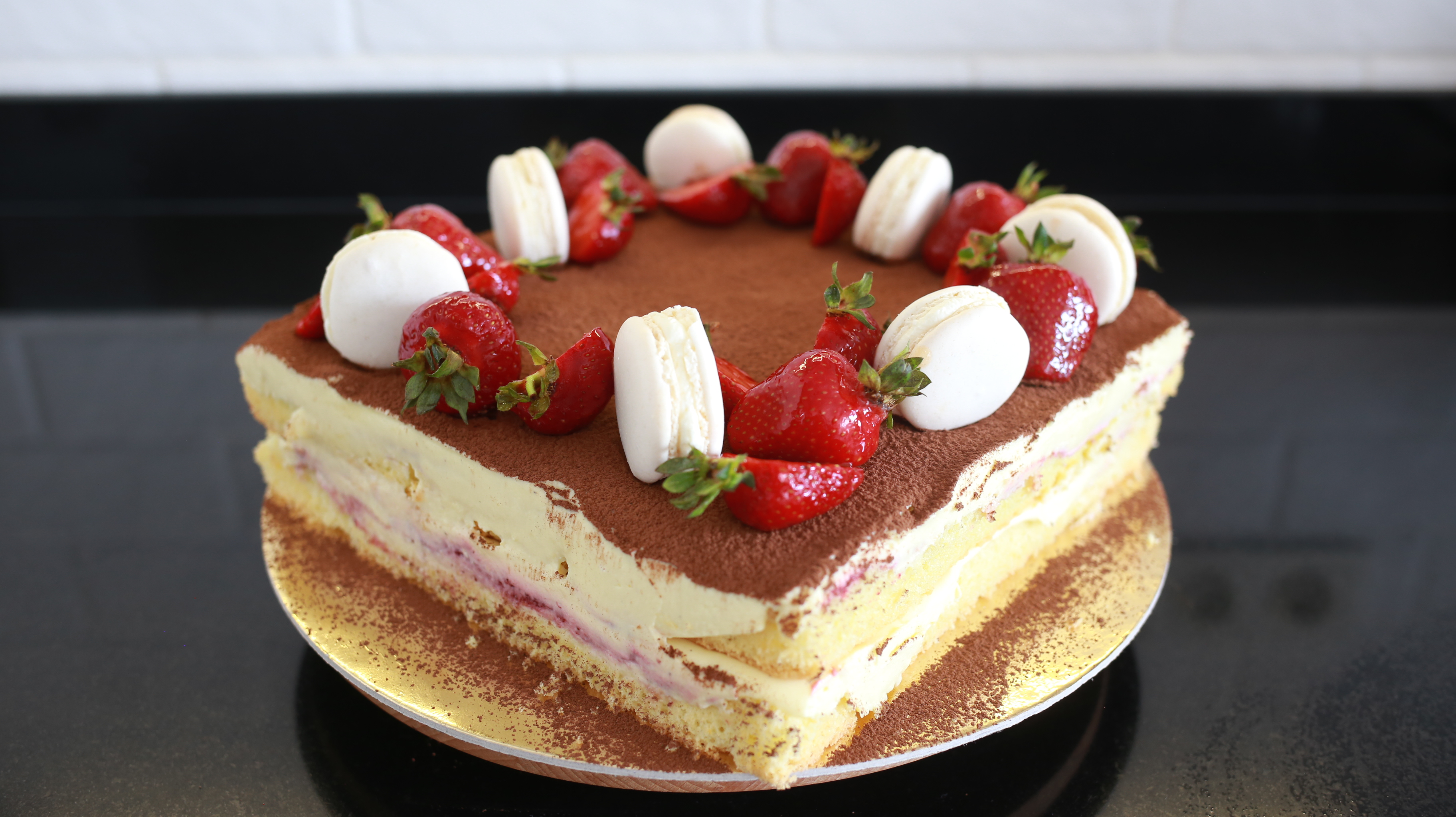 orchideli, przepis na tiramisu truskawkowe, jak zrobić truskawkowe tiramisu, lekki tort owocowy, tort urodzinowy z truskawkami