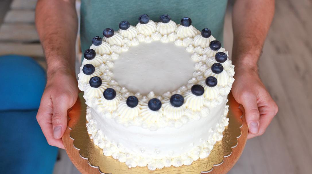 orchideli, przepis na tort urodzinowy bezglutenowy, dla dziecka, przepis bezglutenowy, tort urodzinowy z owocami i bitą śmietaną, tort bez lukru plastycznego, bez masy cukrowej