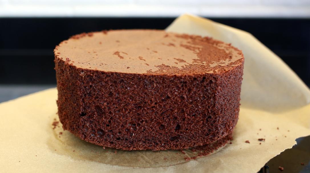 orchideli, przepis na biszkopt czekoladowy, jak zrobić biszkopt czekoladowy, przepis na biszkopt z czekoladą, biszkopt na czekoladzie, puszysty biszkopt czekoladowy