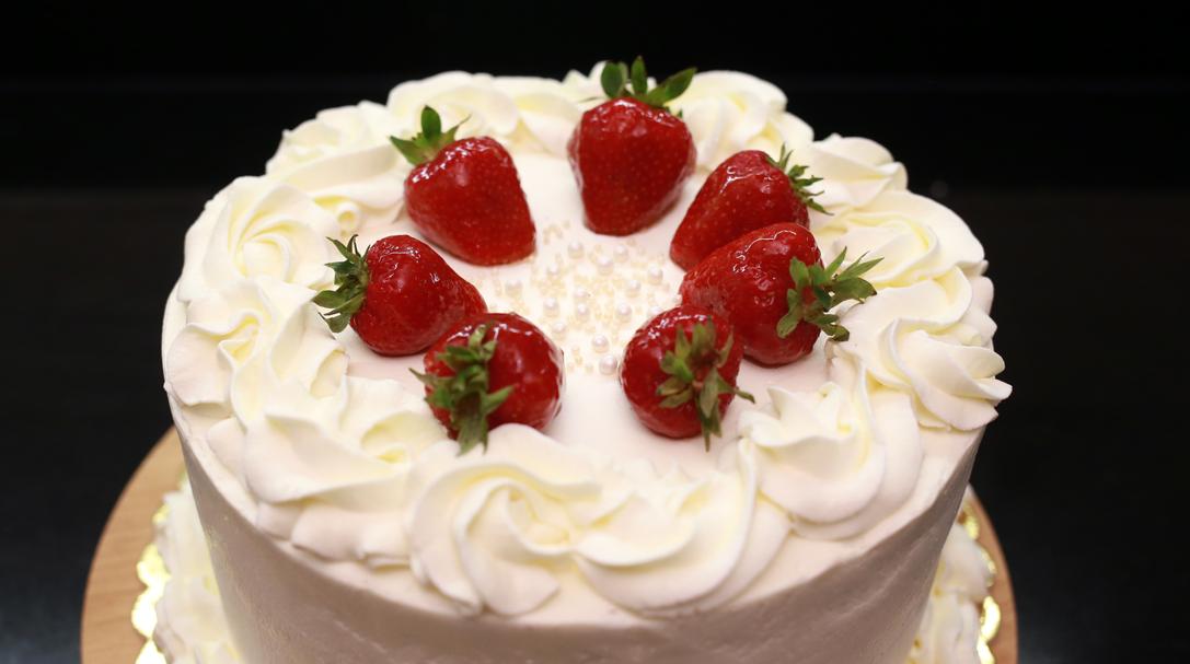 orchideli, przepis na tort czekoladowy z truskawkami, ciasto z truskawkami, tort urodzinowy dla dziecka, przepis na owocowy tort urodzinowy z bitą śmietaną, lekki tort owocowy
