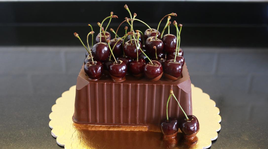 orchidei, przepis na torcik czekoladowy z wiśniami, przepis na tort czekoladowy, dla taty, dla chłopaka na urodziny