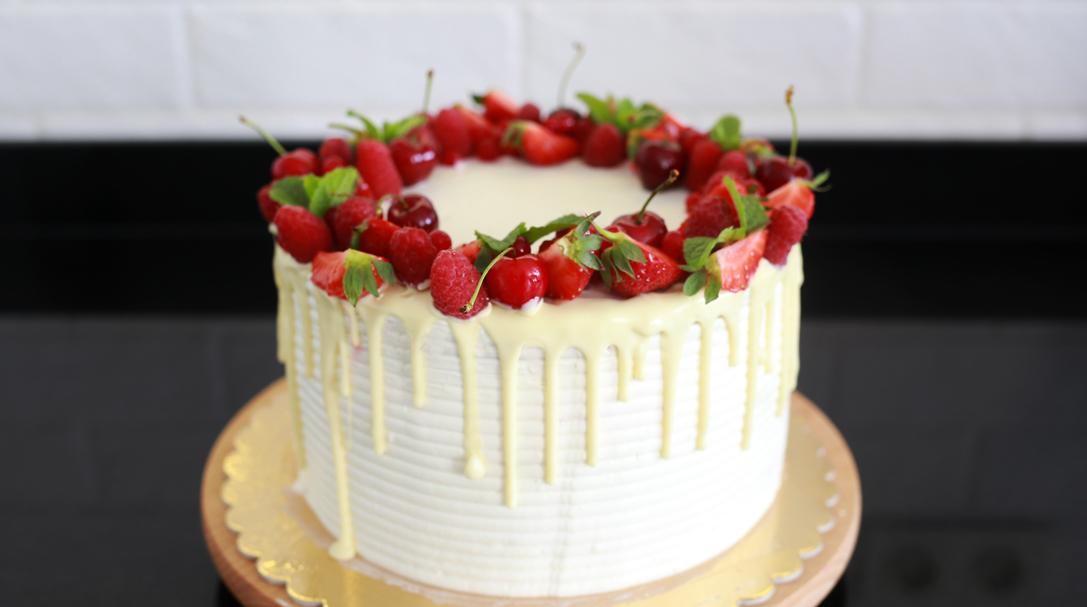 orchideli, przepis na tort pistacjowy z owocami, przepis na biszkopt pistacjowy, prosty tort z owocami, na urodziny dla dziecka
