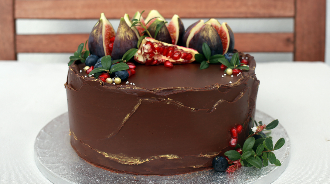 orchideli, przepis na tort mocno czekoladowy z malinami, dekorowany owocami