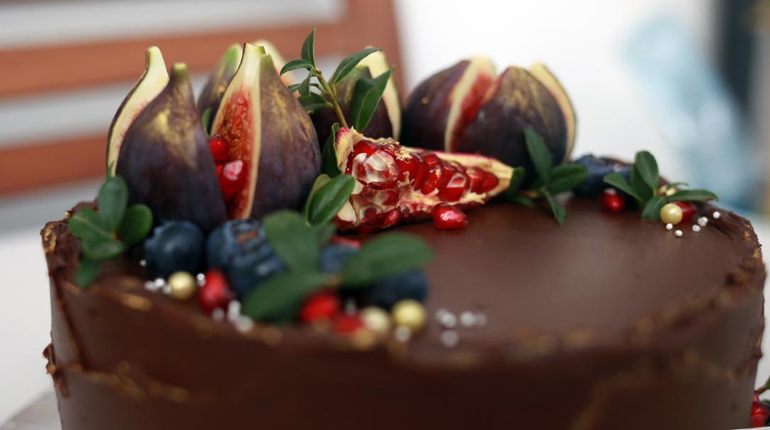 orchideli, przepis na tort czekoladowy z musem malinowym, dekorowany owocami