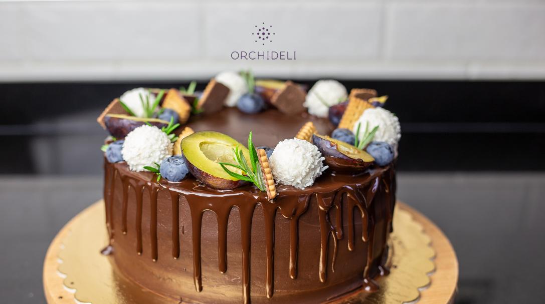 orchideli tort czekoladowy ze śliwkami